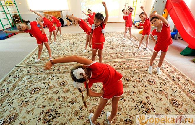 Девочки учат танцы