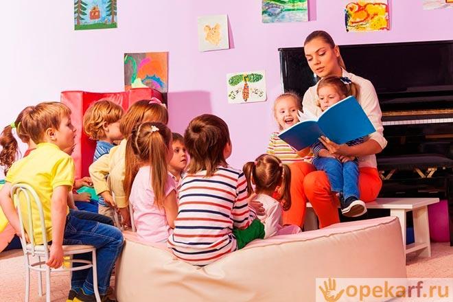 Воспитатель читает книгу