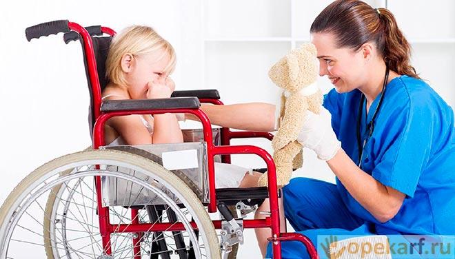 Ребенок-инвалид и медсестра